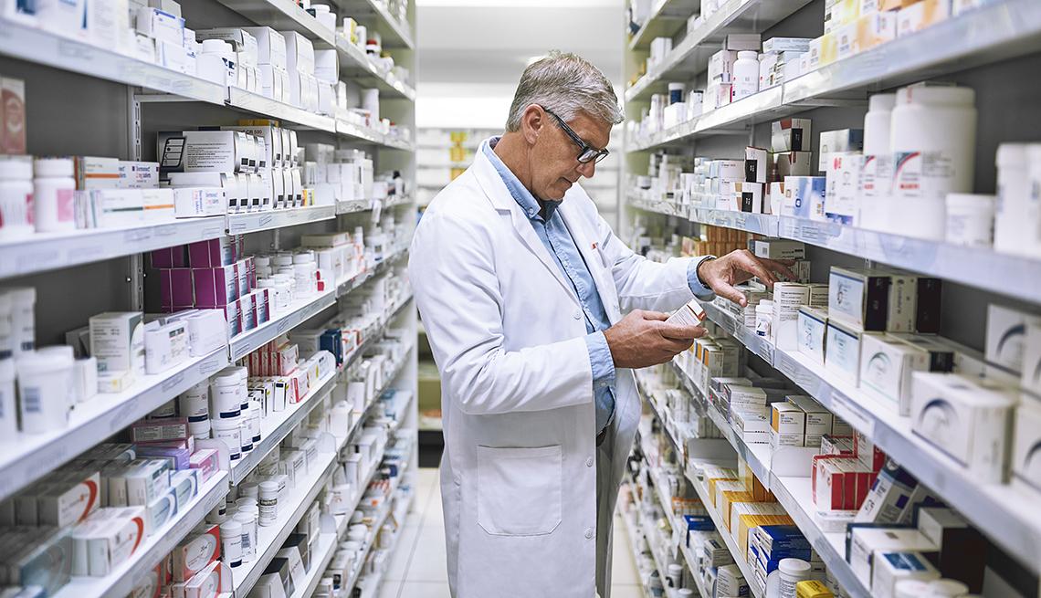 Farmacéutico en un pasillo de farmacia