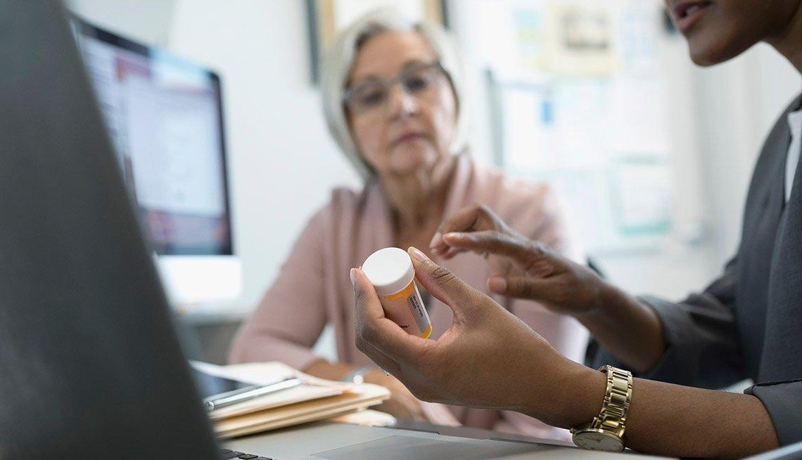 Doctor y paciente conversan sobre un medicamento