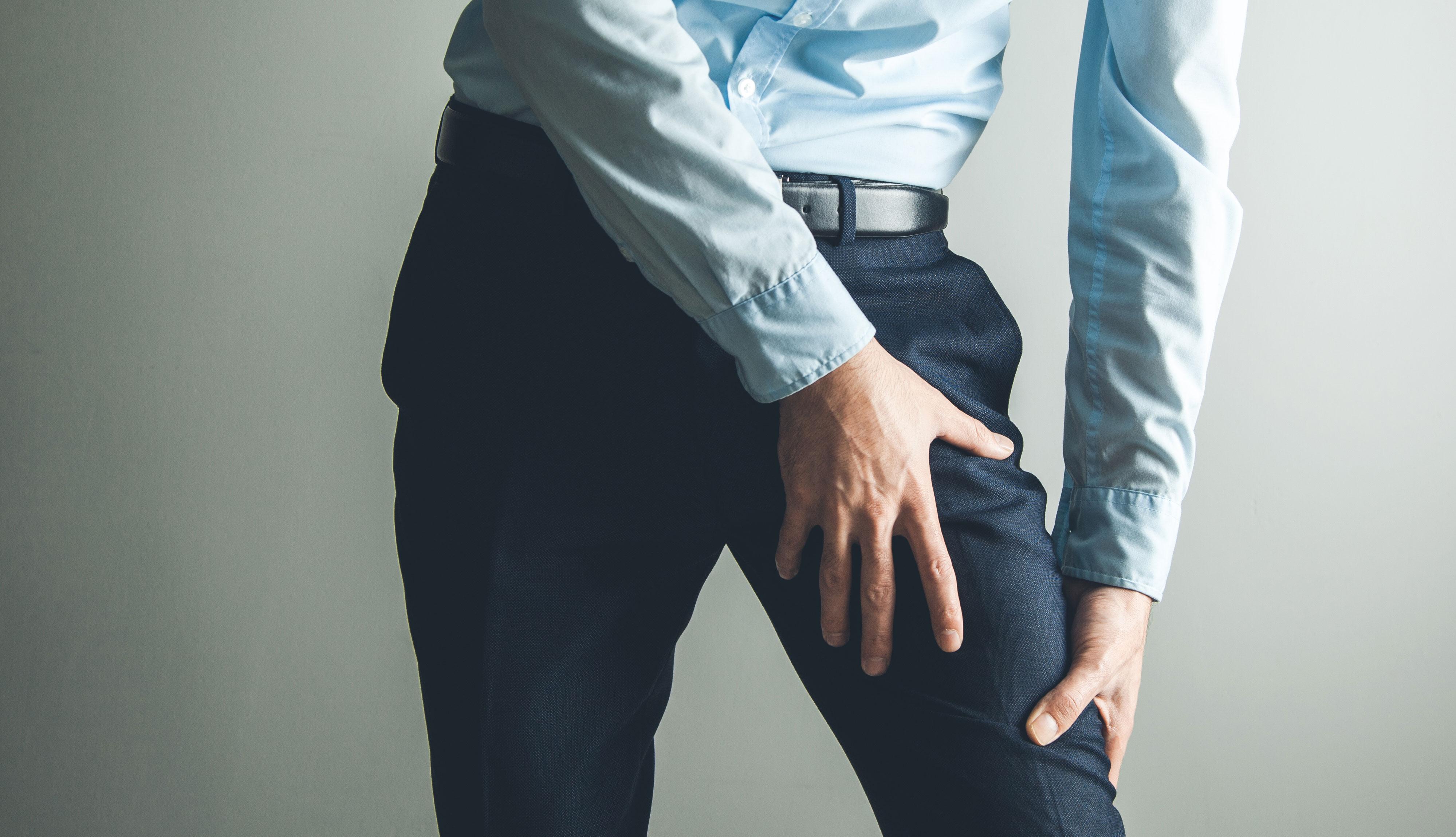 Hombre con un calambre en su pierna
