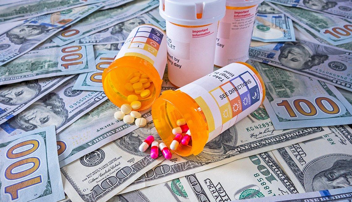 Botellas y medicamentos sobre dólares