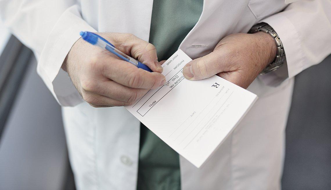 Doctor formula un medicamento en su recetario