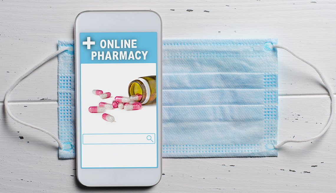 Teléfono móvil que dice farmacia en línea sobre una mascarilla