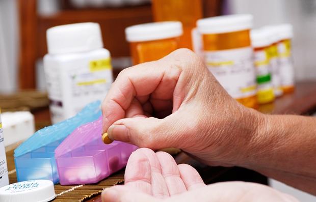 Persona organizando sus medicamentos