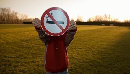 Persona con un signo de no fumar como símbolo de la prohibición del tabaco en campo de juego durante la Copa Mundial de Fútbol del 2014