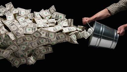 Persona con un cubo bota billetes de dolares - Reducir el malgasto en el sistema de salud