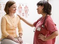 Paciente de una mujer mayor con su médico en una clínica - Beneficios para mujeres de la ley de salud - Trivia