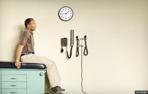 El hombre esperando en una oficina médica - Debo buscar o cambiar a un nuevo doctor