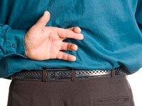 Hombre que cruza los dedos detrás de la espalda - Cómo evitar las estafas en la nueva ley de salud