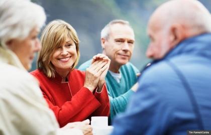 Grupo de hombres y mujeres mayores, 10 reglas para vivir una mejor vida después de los 50
