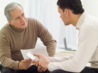 Hombre mayor reunido con un consultor - Inscripción al Mercado de seguros en California, Texas, Florida, Nueva York y Arizona