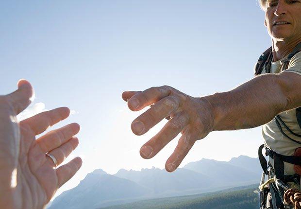 Montañista extiende la mano a su compañero de equipo, 10 cosas que usted necesita saber sobre la Ley de Cuidado de Salud