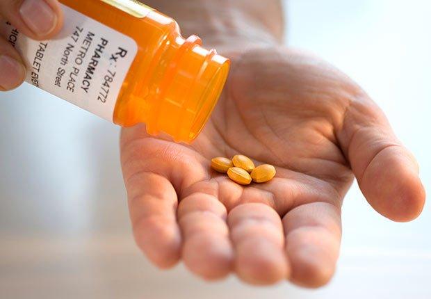 Hombre con receta medica en su mano, 10 cosas que usted necesita saber sobre la Ley de Cuidado de Salud