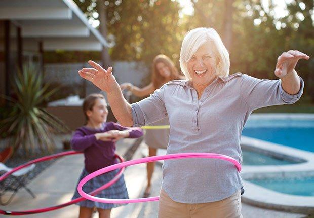 Mujer mayopr jugando al hula hula, 10 cosas que usted necesita saber sobre la Ley de Cuidado de Salud