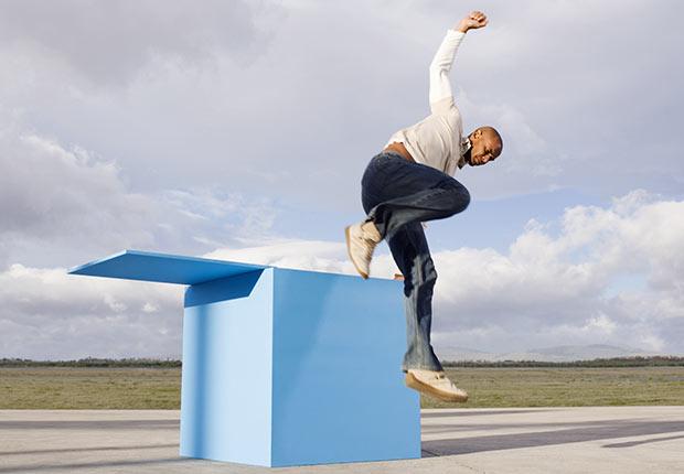 Un hombre salta de una caja grande, 10 cosas que usted necesita saber sobre la Ley de Cuidado de Salud
