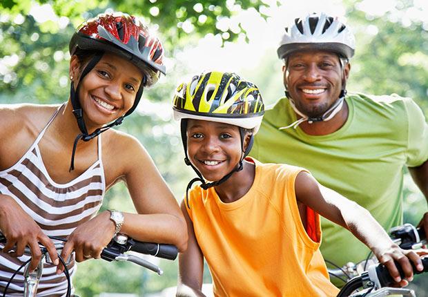 Familia en paseo en bicicleta con cascos protectores, 10 cosas que usted necesita saber sobre la Ley de Cuidado de Salud