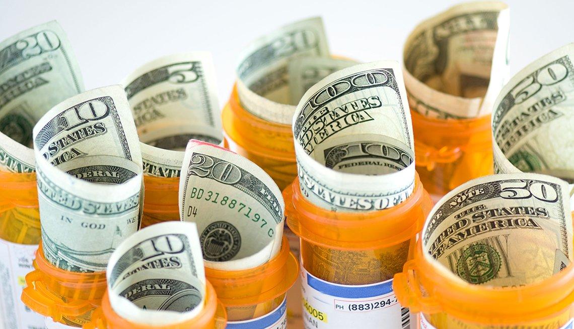 Dinero dentro de frascos de medicina
