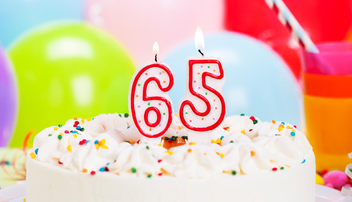 Torta con velas celebrando 65 años