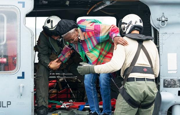 Personal médico transportando a una persona afectada vía aérea
