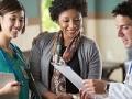 Mujer conversando con un médico y una enfermera