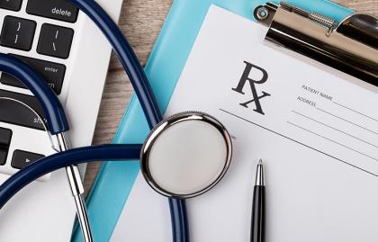 Receta médica, bolígrafo y estetoscopio