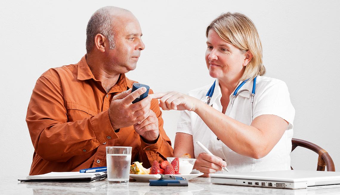 Enfermera enseña a hombre cómo cuidar su diabetes