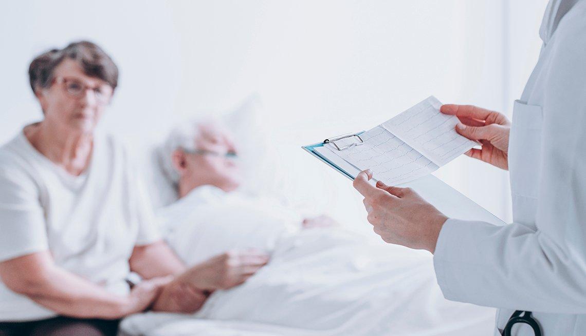 Pareja de personas mayores escuchando a su médico