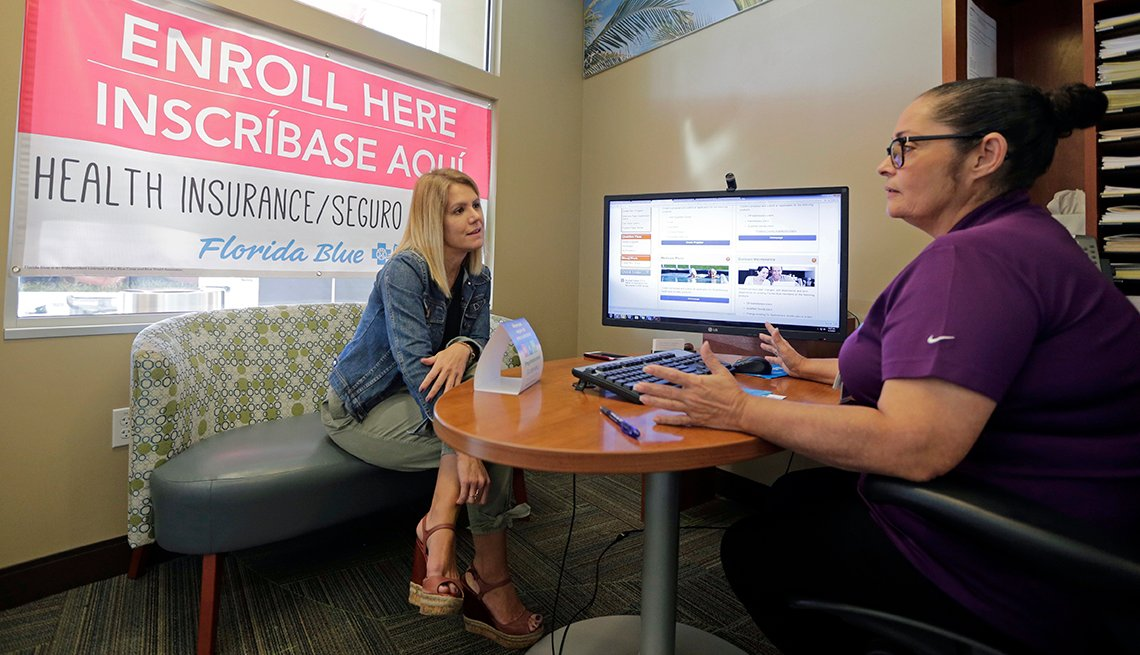Dos mujeres conversan mientras están sentadas.