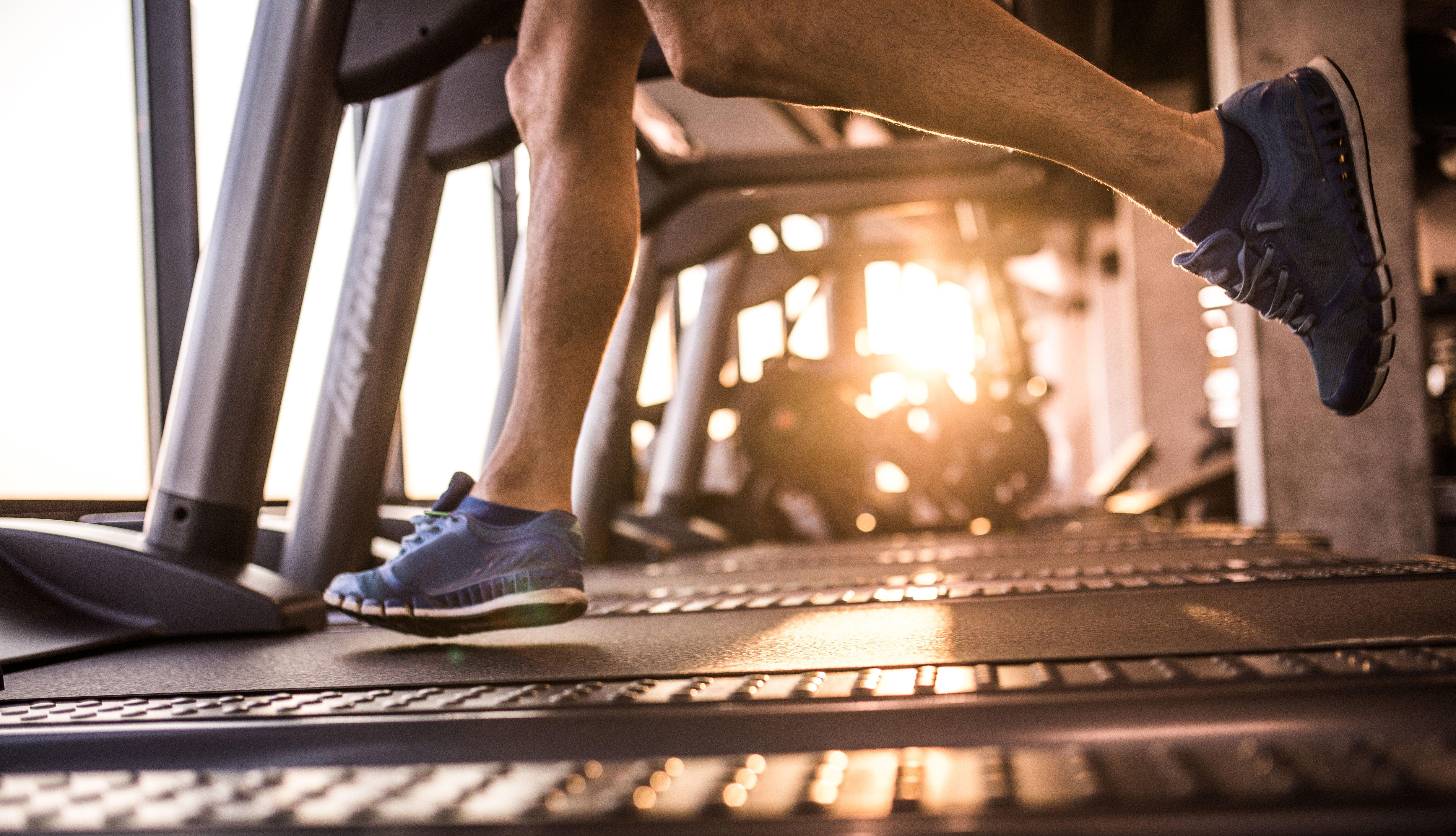 Hombre corriendo en una trotadora