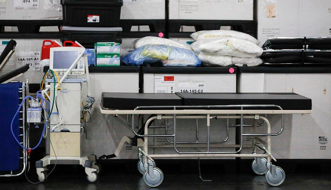 Una camilla, un ventilador y equipo médico