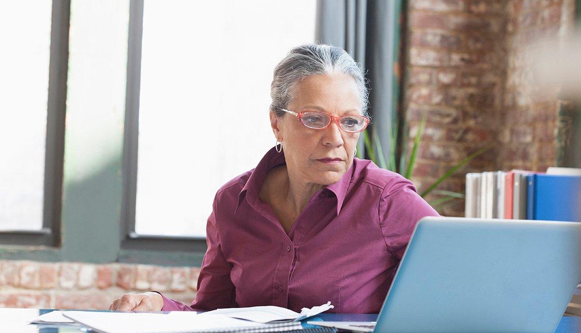 Una mujer trabajando en una computadora