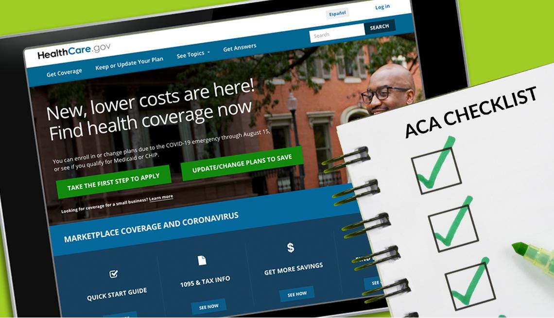 Tableta que muestra el sitio web healthcare.gov y una lista de verificación