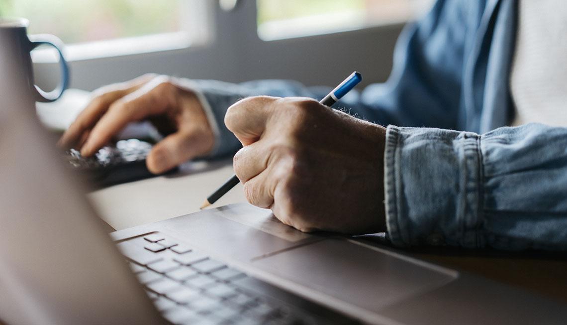 Persona trabajando en una computadora