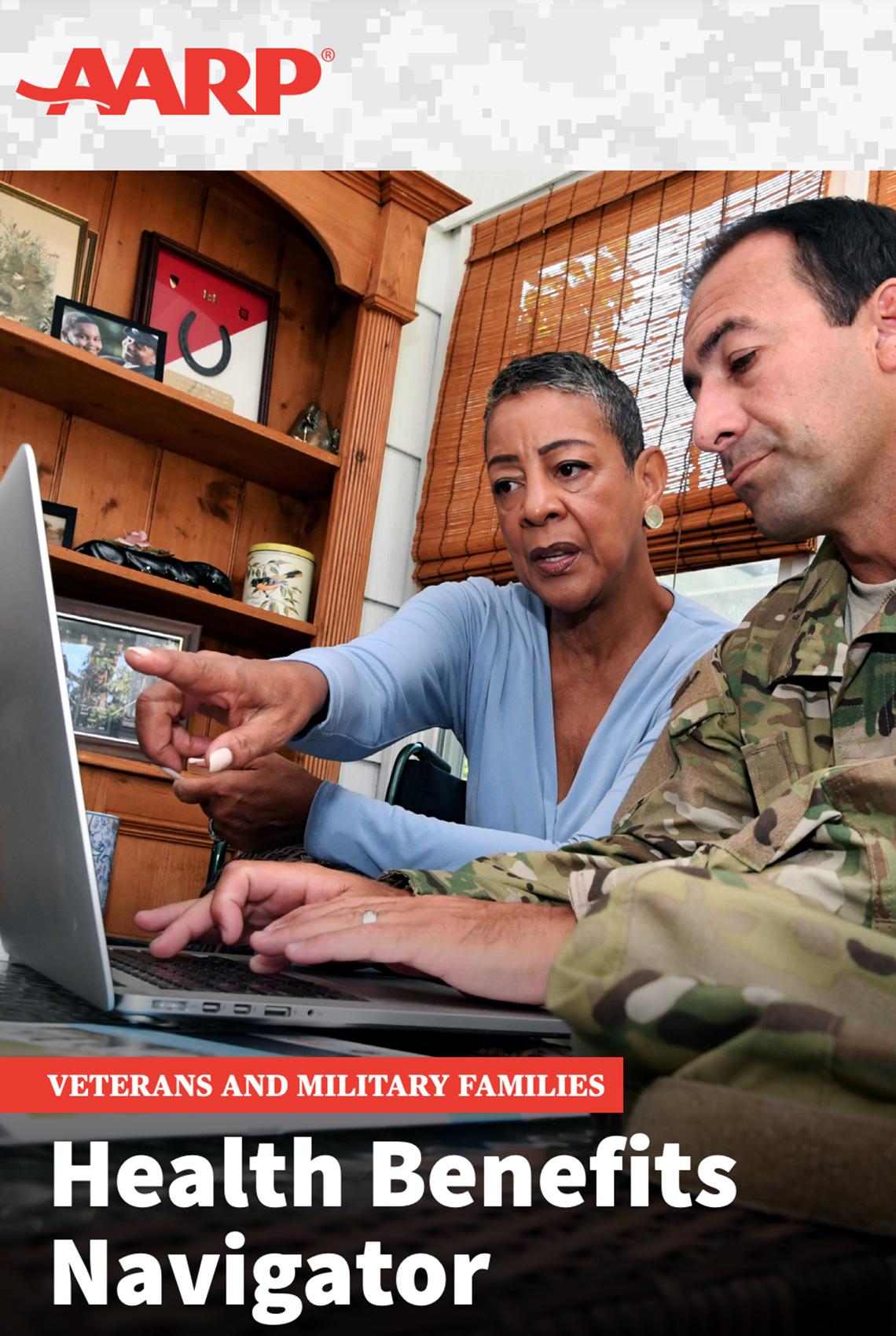 Una mujer y un hombre con uniforme militar observan una computadora