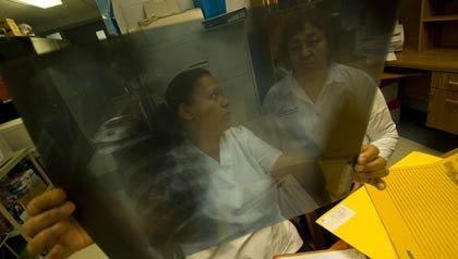 Enfermeras viendo una radiografía