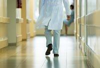 Un médico en un hospital - Encuesta de AARP - ¿Qué sabes sobre la ley de nuevos centros de salud?