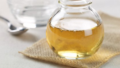 apple cider vinegar, a tablespoon, and water in a glass