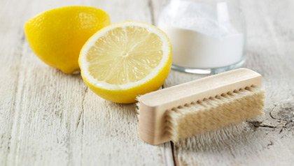 Limón cortado por la mitad con un cepillo y un vaso de leche - Remedios caseros