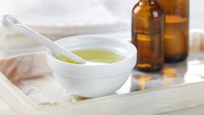 Remedios caseros - el té de aceite del árbol puede ayudar a aliviar la caspa.