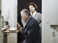 ¿Debe supervisar la dieta de su pareja? - Mujer madura mira hombre comiendo pastel.