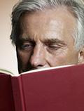 Hombre leyendo un libro - Qué puede esperar en sus años 50s, 60s y 70s y más allá