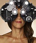 Mujer tomándose un examen de los ojos - Qué puede esperar en sus años 50s, 60s y 70s y más allá