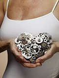 Mujer con corazón en sus manos hecho de engranajes - Qué puede esperar en sus años 50s, 60s y 70s y más allá