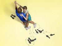 Una pareja tomando clases de baile