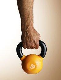 hombre alzándo una pesa - Qué puede esperar en sus años 50s, 60s y 70s y más allá