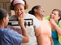 Perder peso, mujeres haciendo cola para ser pesadas