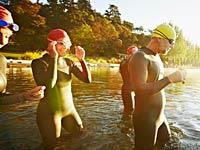 Grupo de los triatletas en la preparación para nadar - Mini triatlones es la nueva tendencia de acondicionamiento físico