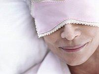 Persona con una máscara para dormir. Aprenda a dormir mejor.
