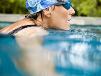 Woman swimming, Set manageable goals to achieve New Year's resolutions