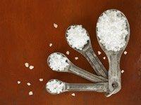 Cucharas con sal - ¿Cuánta sal es demasiado? La cantidad recomendada de ingesta de sodio para un adulto sano es de menos de una cucharadita.