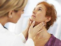 Doctora revisandole la tiroides a una paciente - ¿Su tiroides le esta haciendo aumentar de peso? Sintomas y tratamiento?